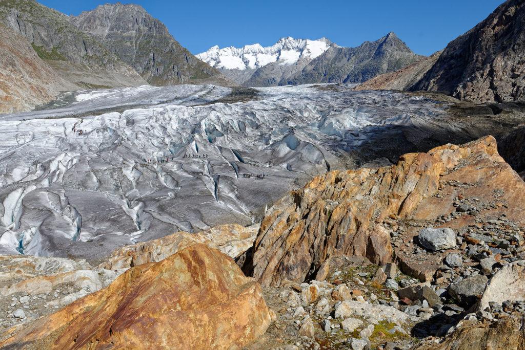 Personnes marchant sur le glacier d'Aletsch