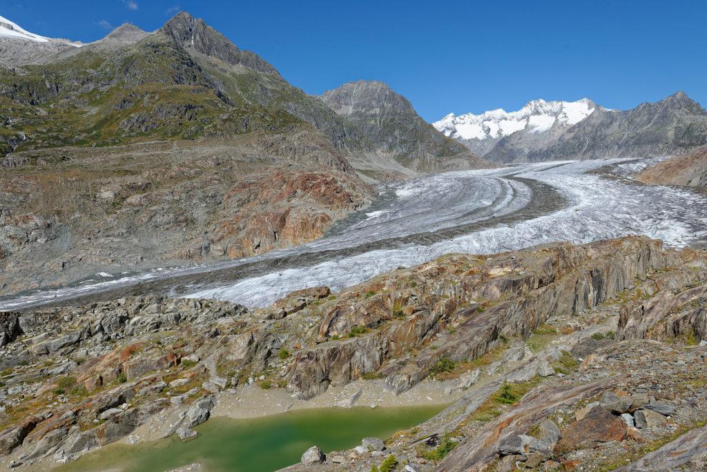 Lac glaciaire, roches polies et striées et glacier
