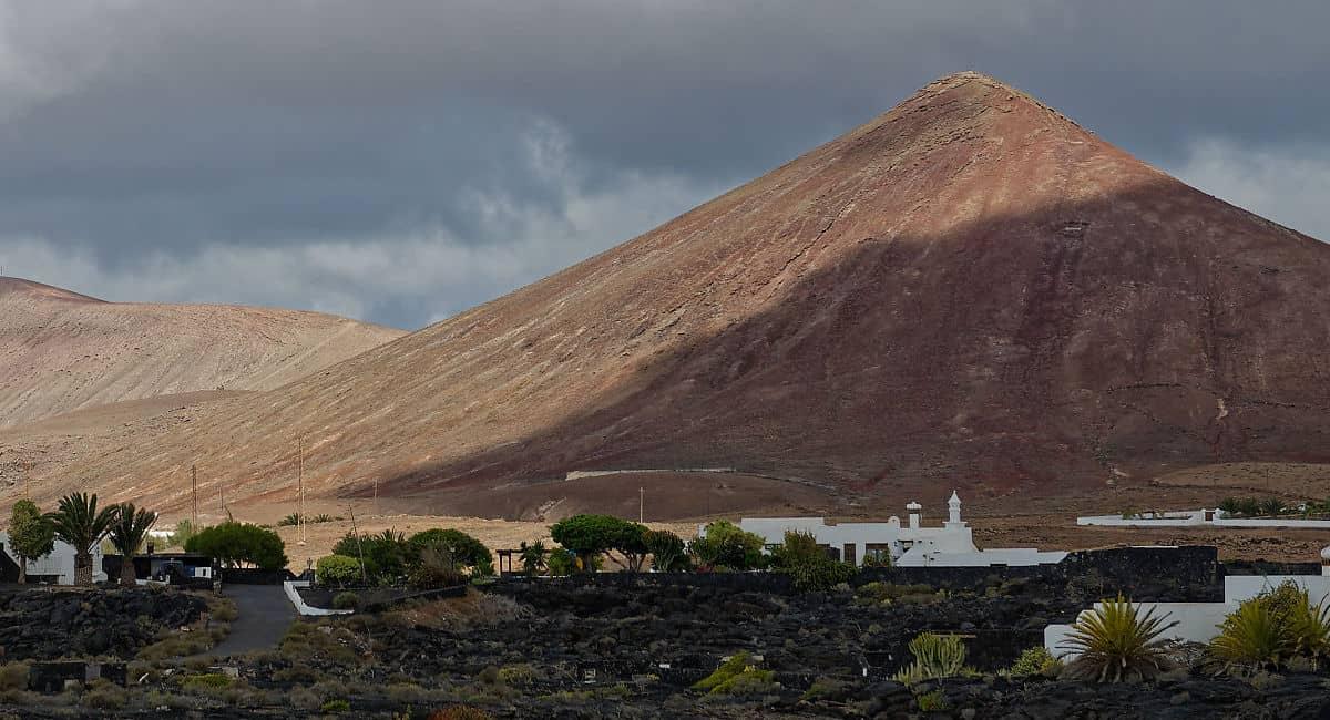 Voyages volcan à Lanzarote avec ses 300 cônes volcaniques!