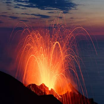 Obervez les explosions du volcan Stromboli avec un volcanologue