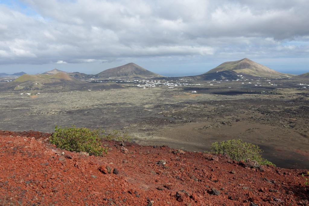 Cônes volcaniques et champ de lave