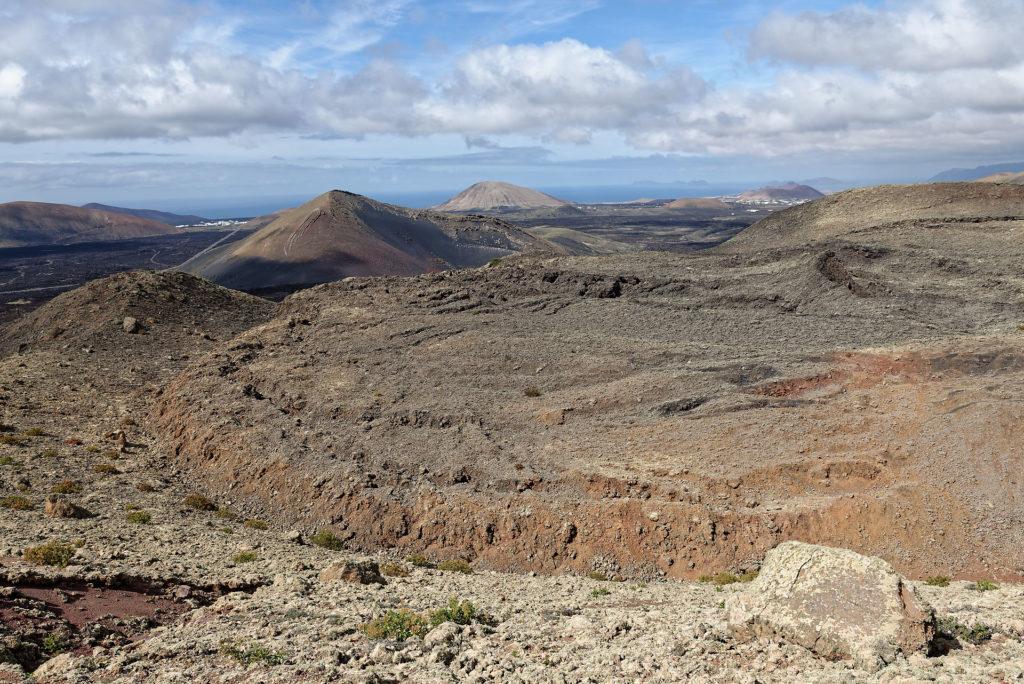 Cratère et coulée de lave à Lanzarote