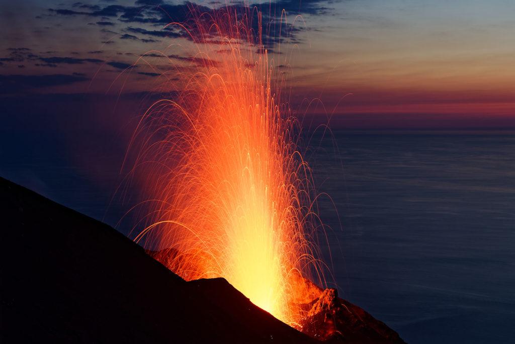 Explosion du Stromboli au-dessus de la mer tyrrhénienne