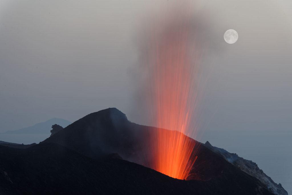 Explosion du Stromboli et la lune