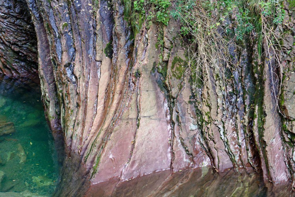 Roches rouges dans les gorges de la Breggia