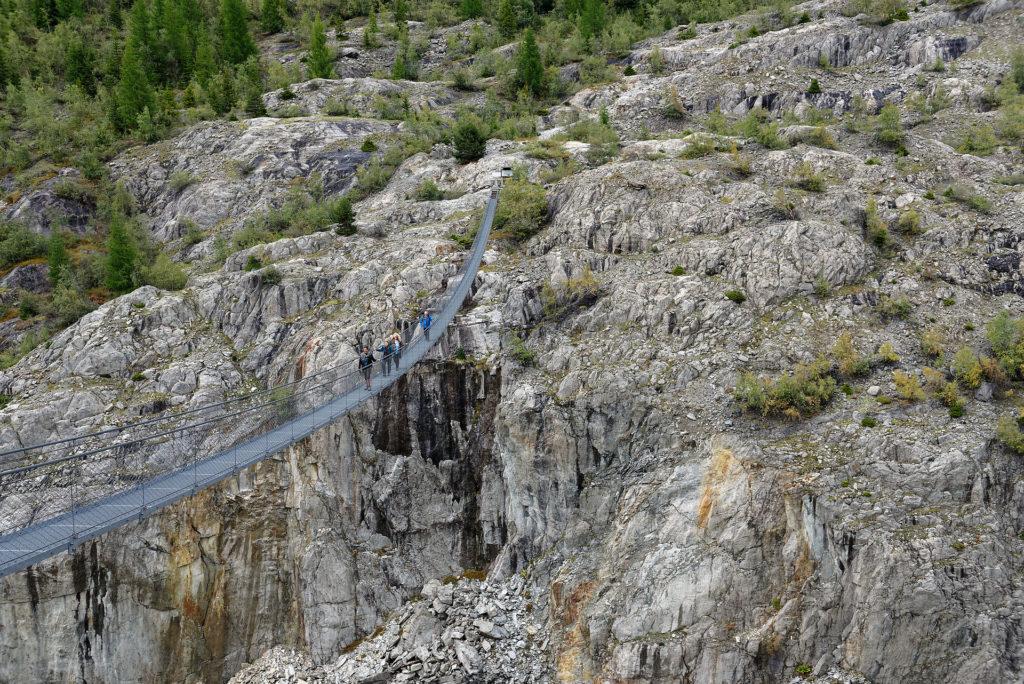 Passerelle suspendue au-dessus des gorges de la Massa