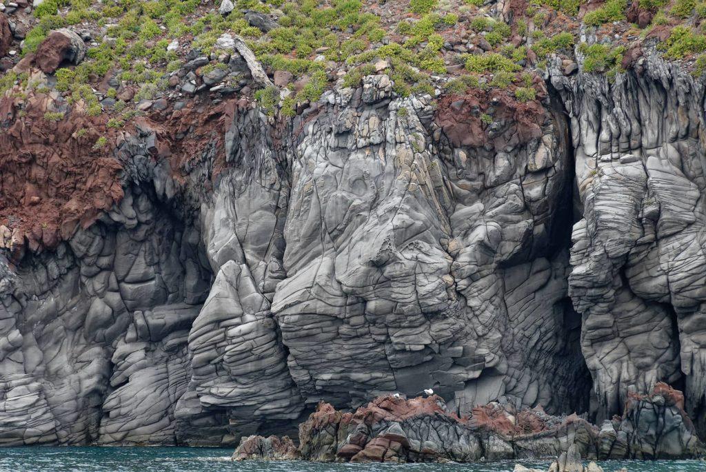 Roches volcaniques sur la cote de Salina