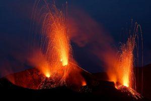 Voyage sur le volcan Stromboli avec ses explosions