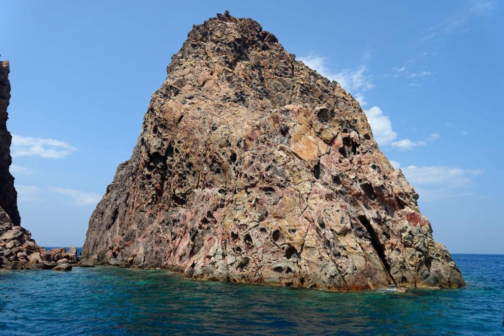 Altération hydrothermale d'un ancien dôme de lave à Milos