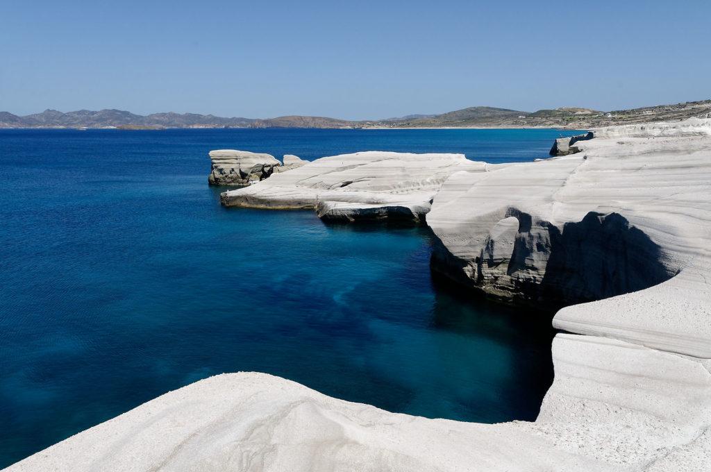 Mer et côte blanche à Milos