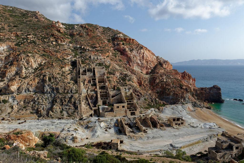 Bâtiments et rampes d'un mine de soufre en ruines à Milos