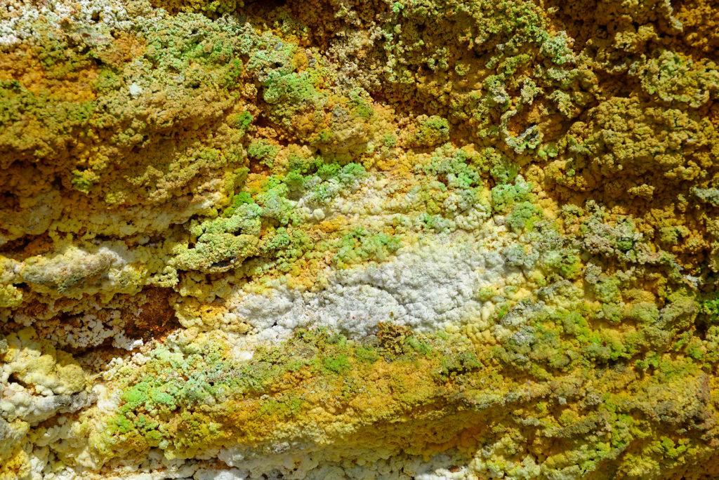Dépôts colorés dûs à la circulation hydrothermale